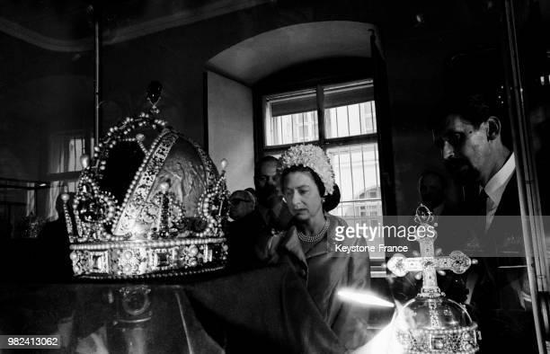 La reine Elisabeth II devant l'ancienne couronne impériale au Schatzkammer à Vienne en Autriche le 7 mai 1969