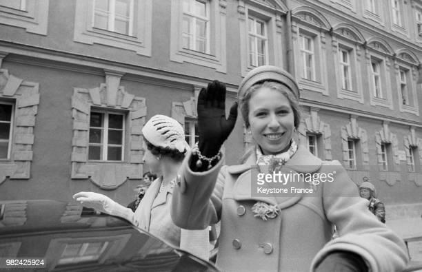 La reine Elisabeth II et la princesse Anne lors de leur arrivée à Salzbourg en Autriche en mai 1969