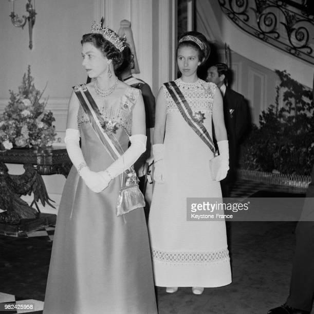 La reine Elisabeth II et la princesse Anne lors d'une réception à l'ambassade britannique à Vienne en Autriche le 9 mai 1969