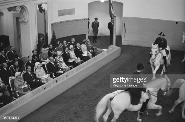 La reine Elisabeth II et le prince Philip assistent à une représentation de l'école d'équitation espagnole à Vienne en Autriche le 7 mai 1969