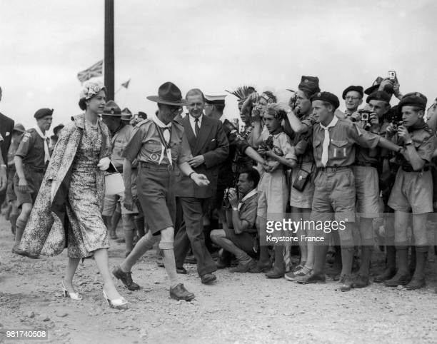 La reine Elisabeth II visitant le jamboree mondial célébrant le 50ème anniversaire du scoutisme à Sutton Park à Sutton Coldfield en Angleterre au...