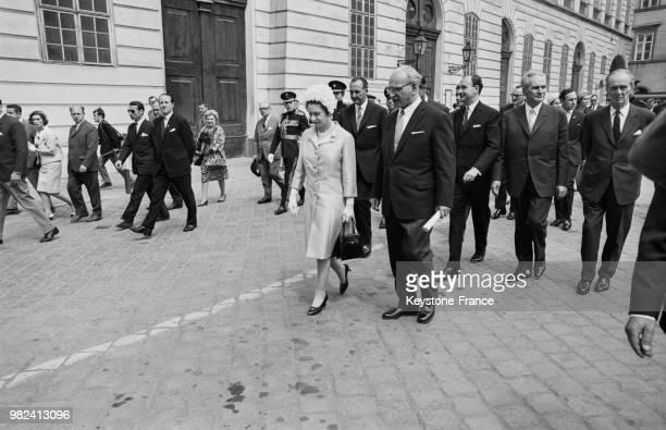 La reine Elisabeth II visite les écuries de l'école d'équitation espagnole à Vienne en Autriche le 7 mai 1969