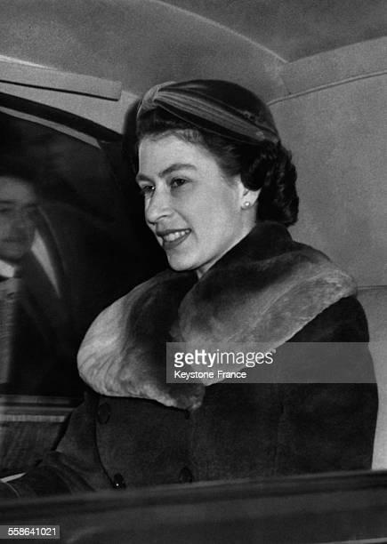 La Reine Elisabeth photographiee dans la voiture en route vers le stade de Twickenham pour assister au match de rugby entre l Angleterre et l Ecosse...