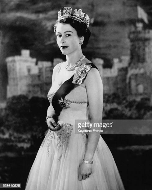 La Reine Elisabeth posant dans le salon de reception bleu du Palais de Buckingham portant une robe en tulle blanche et or l insigne de l Ordre de la...
