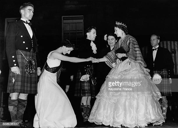 La Reine Elisabeth rencontre au Palace de Holyroodhouse les danseurs de country apres le concert, le 30 juin 1952 a Edimbourg, Royaume-Uni.