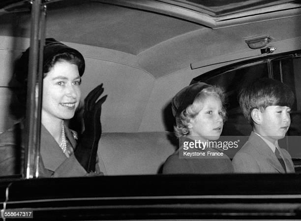 La Reine Elizabeth accompagnee du Prince Charles et de la Princesse Anne arrivent au Palais de Buckingham dans la voiture royale le 9 octobre 1956 a...