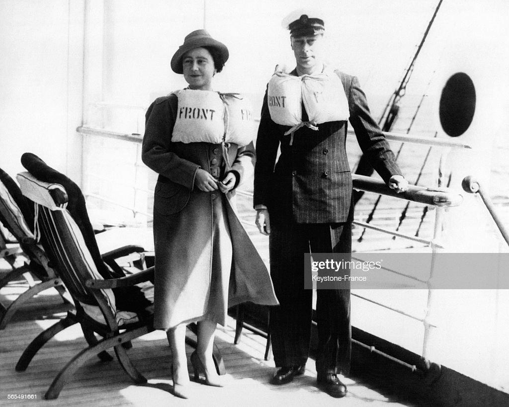 La Reine Elizabeth et le Roi George VI vêtus d'un gilet de sauvetage : News Photo