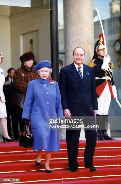 La reine Elizabeth II et le Président Chirac sortent de l'Elysée à l'issue d'un déjeuner lors de la commémoration du 80ème anniversaire de la...