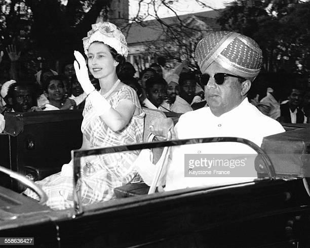 La Reine Elizabeth II et le Roi Mahendra du Népal en voiture à Bangalore lors d'un voyage officiel de la souveraine anglaise le 25 février 1961 à...