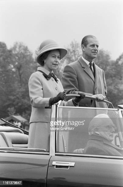 La Reine Elizabeth II et son mari Philip Mountbatten, Duc d'Édimbourg, dans un cabriolet Citroën SM lors du prix de Diane à Chantilly en juin 1974,...
