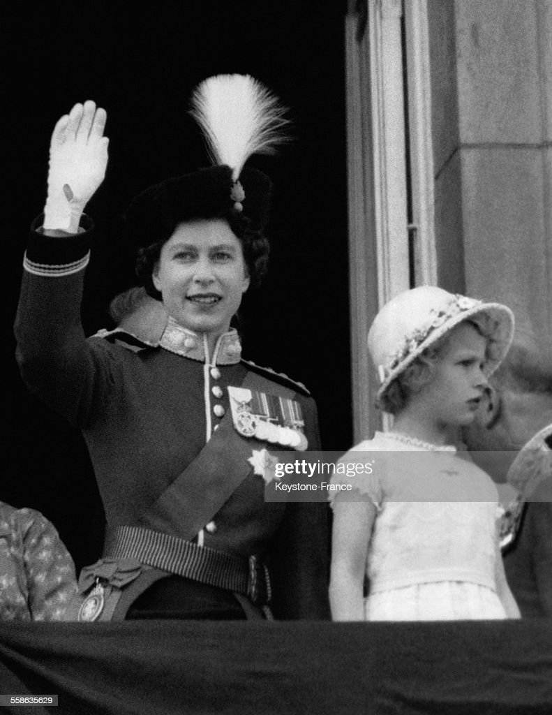 La reine elizabeth ii salue avec sa fille la petite princesse anne news photo getty images - Jeune princesse ...
