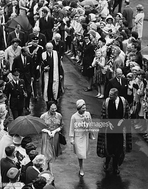 La Reine Elizabeth II traverse le Quadrangle cour interieure pour inaugurer le Science Building de la Queen's University le 6 juillet 1966 a Belfast...