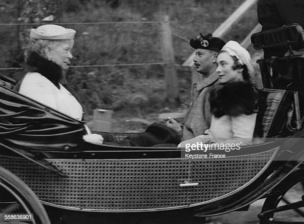 La Reine Elizabeth, le Duc de Gloucester et sa fiancee Alice Scott dans le carrosse en route pour Crathie Church, le 2 septembre 1935 a Londres,...