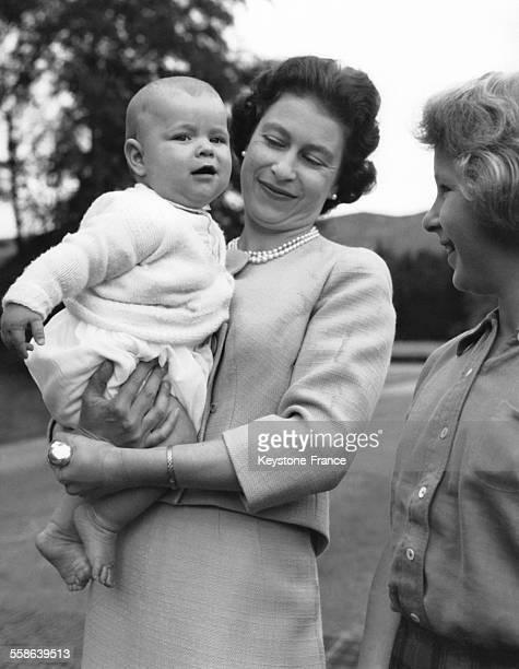 La Reine Elizabeth le petit Prince Andrew et la Princesse Anne dans le jardin du Chateau de Balmoral en 1960 au RoyaumeUni