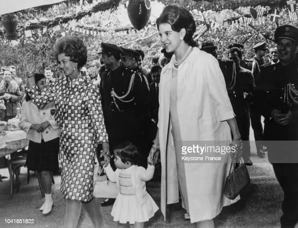 La reine Frederika la princesse Alexia et la reine AnneMarie à Athènes Grèce en avril 1967