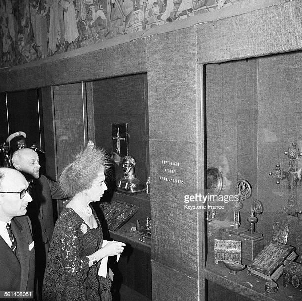 La reine Ingrid de Danemark en visite au Musée décoratif admirant devant une vitrine un reliquaire le 5 avril 1965 à Paris France