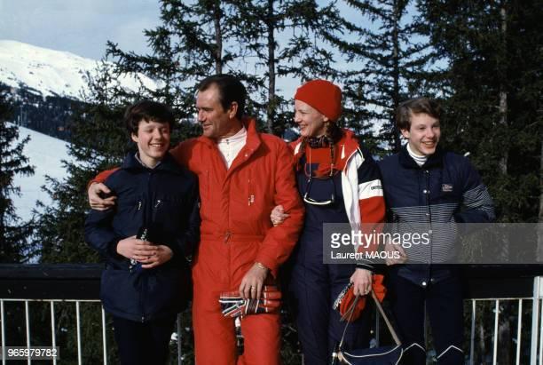 La reine Margrethe II de Danemark accompagnée de son époux le prince Henrik et de leurs fils Joachim et Frederik en vacances à la station de sports...