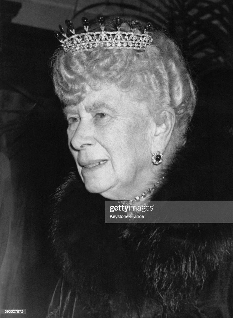 La Reine Mary avec une tiare sur la tête : News Photo