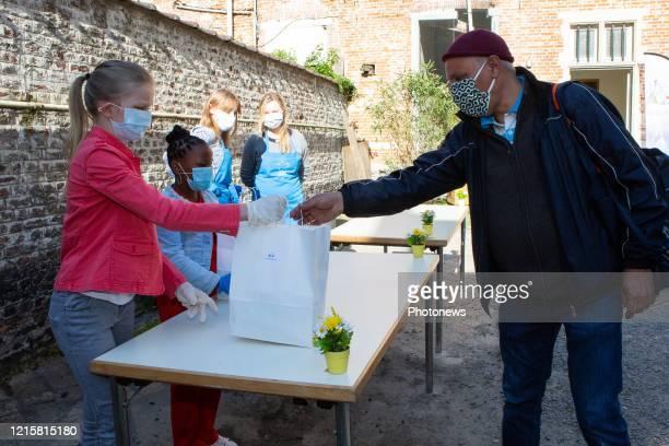 La Reine Mathilde de Belgique et la Princesse Éléonore de Belgique apportent des brioches lors d'une visite à Kamiano , un restaurant pour sans-abris...