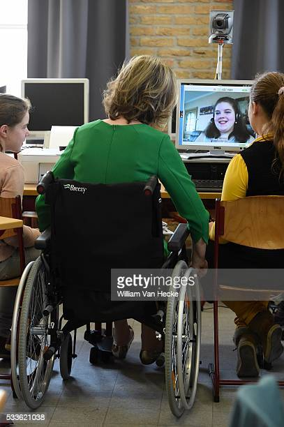 La Reine Mathilde visite le projet Bednet au Collège SintAloysius à Menen L'asbl Bednet garantit le droit à l'enseignement aux enfants atteints de...