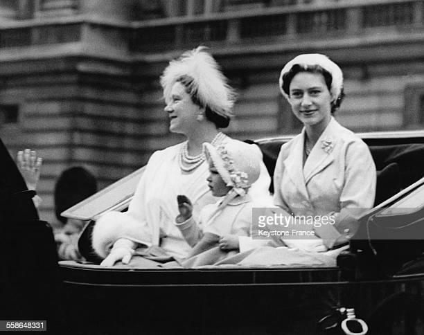 La Reine Mere Elizabeth sa petitefille la Princesse Anne a trois ans et sa fille la Princesse Margaretquittent Buckingham Palace en caleche pour...