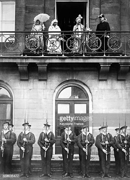La reine mere Emma de WaldeckPyrmont au balcon du palais royal a l'occasion du 50eme anniversaire de son regne en Hollande avec le prince consort...