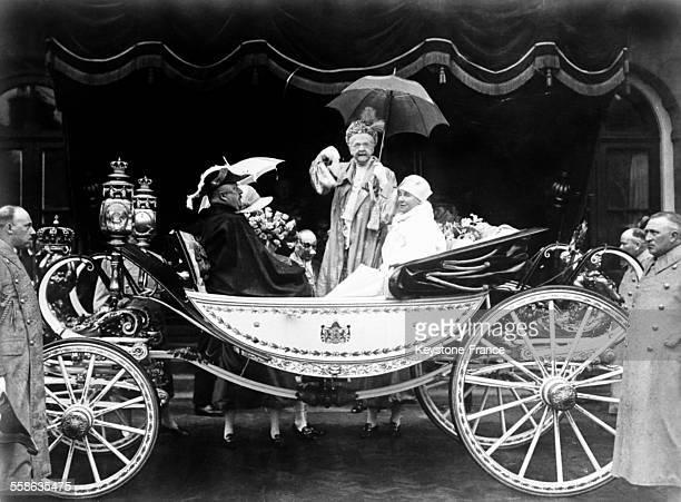 La reine mere Emma de WaldeckPyrmont debout dans le carrosse a l'occasion du 50eme anniversaire de son regne en Hollande avec le prince consort Henri...