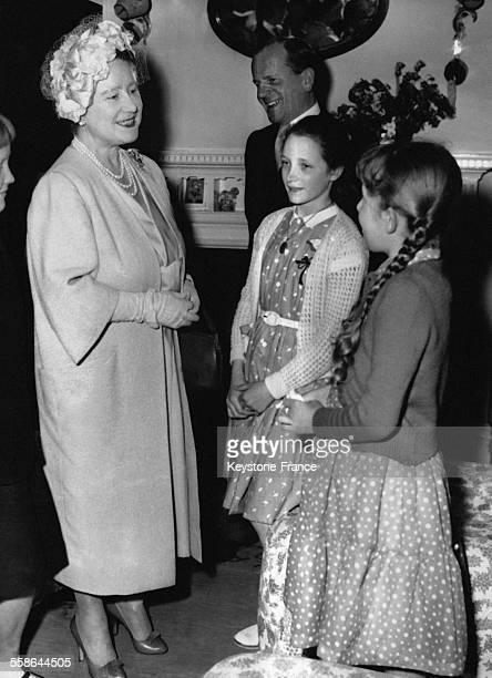 La Reine Mere parle a des enfants polonais au foyer d'accueil des refugies nonallemands des camps d'Allemagne a Venture House le 4 mai 1959 a Woking...