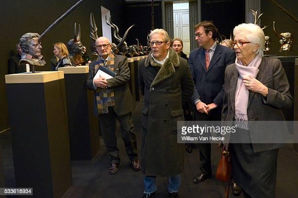 """- La Reine Paola visite, en compagnie de l'artiste, l'exposition """"Le regard en dedans"""" consacrée à Jan Fabre aux Musées Royaux des Beaux-Arts à..."""