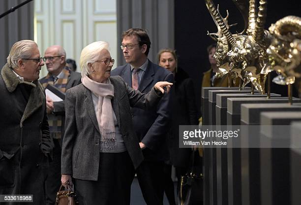 La Reine Paola visite en compagnie de l'artiste l'exposition Le regard en dedans consacrée à Jan Fabre aux Musées Royaux des BeauxArts à Bruxelles...