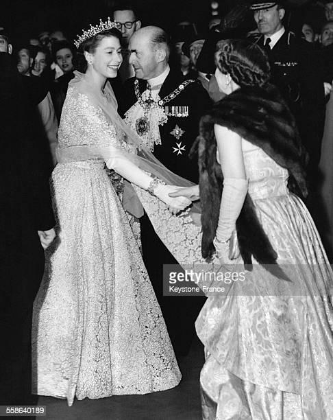 La Reine qui porte une robe en crinoline couleur ivoire lacee au dessus d un jupon de taffetas couleur peche est accueillie par la femme du Maire...