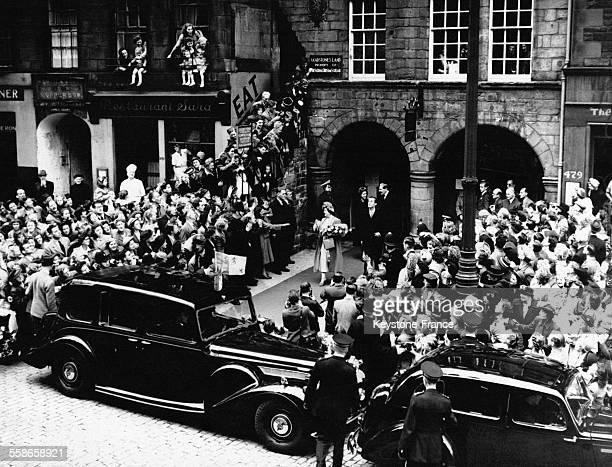 La reine suivi de la princesse Margaret quittant l'exposition sur l'Ecosse à Edimbourg Ecosse RoyaumeUni le 1 septembre 1949