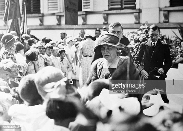 La Reine Wilhelmine des PaysBas devant un groupe d'enfants
