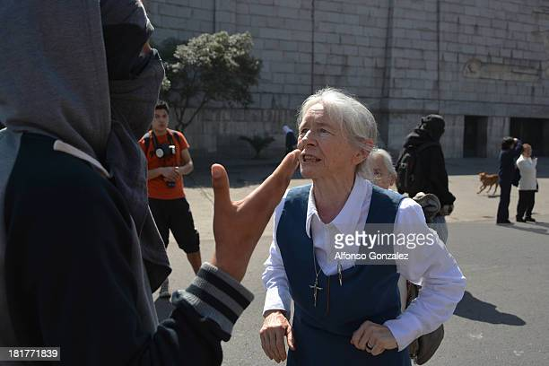 La religiosa Karoline Mayer encara a un manifestante durante la marcha en conmemoración de los 40 años del golpe de estado en Chile por el dictador...