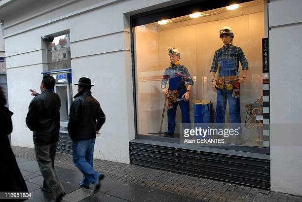 """""""La revolte des mannequins"""", new show of the theater group Royal de Luxe street in store windows In Nantes, France In February, 2008-Scene """"breaks""""..."""