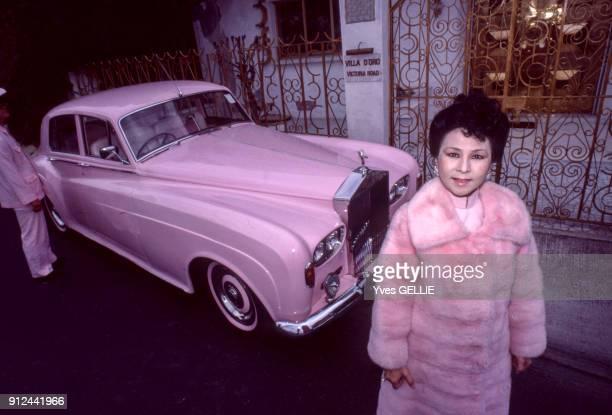 La riche femme d'affaires Brenda Chau posant devant sa maison 'la Villa de Oro' a Hong Kong
