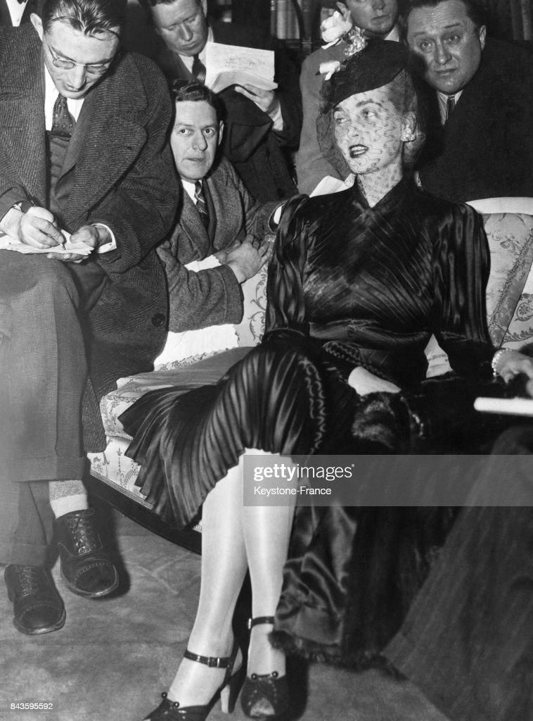 La riche héritière Barbara Hutton interviewée par des journalistes