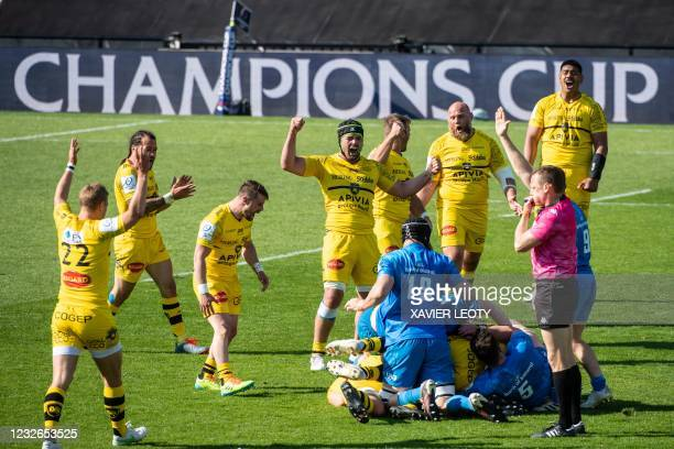 La Rochelle's players celebrate their victory and qualification as referee whistles at the end of the European Champions Cup semi-final rugby union...