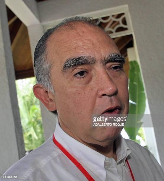 El ministro de Energia de Mexico Fernando Canales declara a la prensa el 02 de Junio del 2006 a su arribo a la Reunion Extraordinaria de Jefes de...