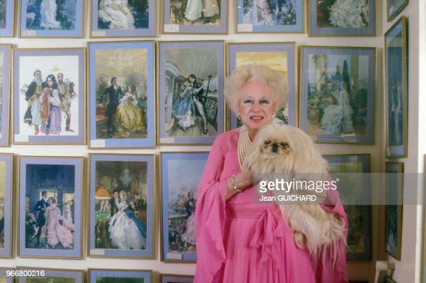 La romancière Barbara Cartland accompagnée de son chien pékinois chez elle à Camfield Place près de Hatfield le 16 janvier 1988, Royaume-Uni.