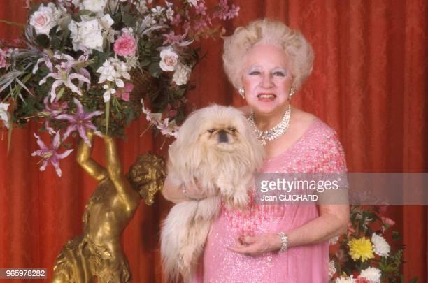 La romancière britannique Barbara Cartland posant avec son chien, en France, le 16 janvier 1988.