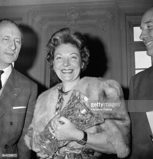 La romancière Hélène Battut photographiée après l'attribution du premier Oscar du Courage français pour son héroisme face à la maladie condamnée par...