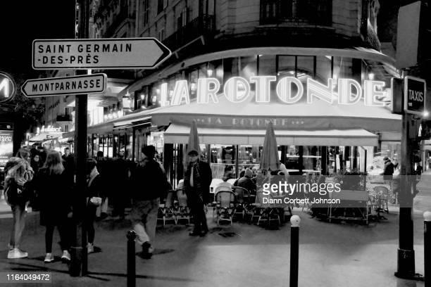 la rotonde cafe at night in paris, france, black & white - サンジェルマンデプレ ストックフォトと画像