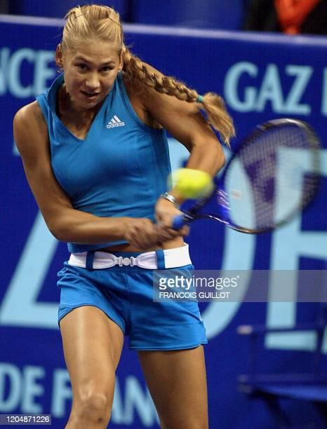 la Russe Anna Kournikova effectue un revers face à la Française Amélie Mauresmo qui remporte le match en deux manches 63 75 le 06 février 2OO2 au...