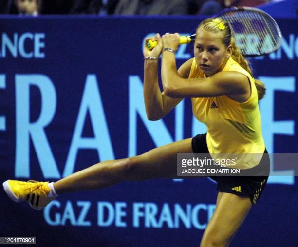 la Russe Anna Kournikova regarde sa balle renvoyée sur la Française Amélie Mauresmo le 09 février 2001 au stade Pierre de Coubertin à Paris lors des...