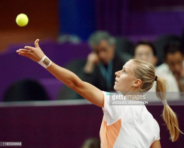 la Russe Elena Dementieva arme son service pour la Slovaque Daniela Hantuchova le 07 février 2003 au stade Pierre de Coubertin à Paris dans le...