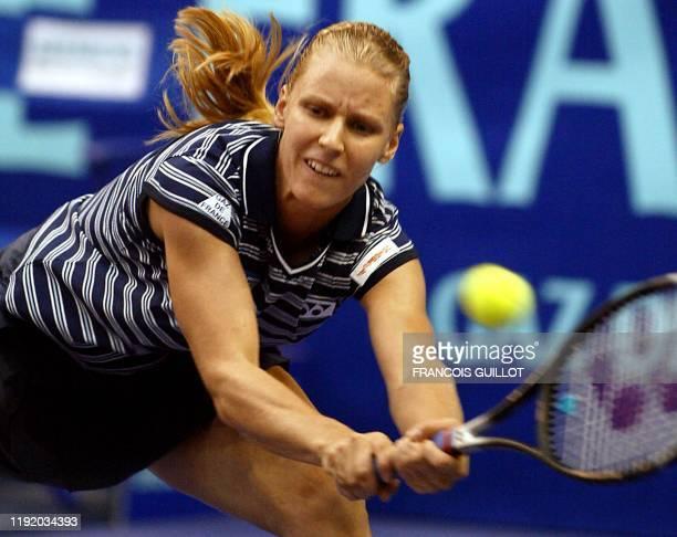 La Russe Elena Dementieva effectue un revers face à sa compatriote Elena Bovina, le 05 février 2OO2 au stade Pierre de Coubertin à Paris, lors du...