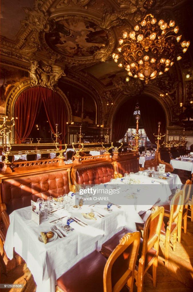 La salle a manger du restaurant \'Le train bleu\' dans la gare de Lyon ...