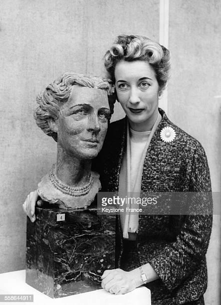La sculptrice Eva Castle pose à côté de son son oeuvre le buste de la Duchesse de Kent lors d'une exposition privée à la Société des Sculpteurs de...