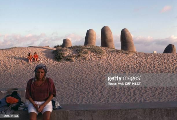 La sculpture 'Doigts de Punte del Este' de Mario Irarrazabal sur la plage de Brava en janvier 1989 à Punta del Este en Uruguay